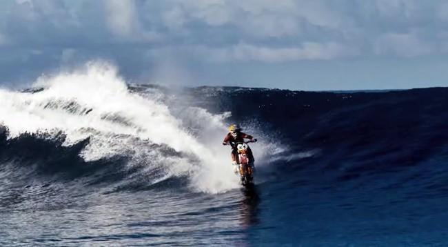 Robbie Maddison enseña cómo hacer surf en moto