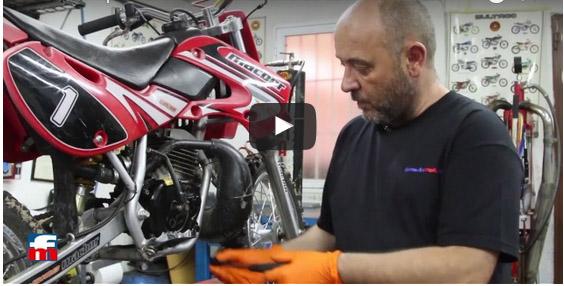 Cómo comprobar el nivel de aceite de la moto (VÍDEO)