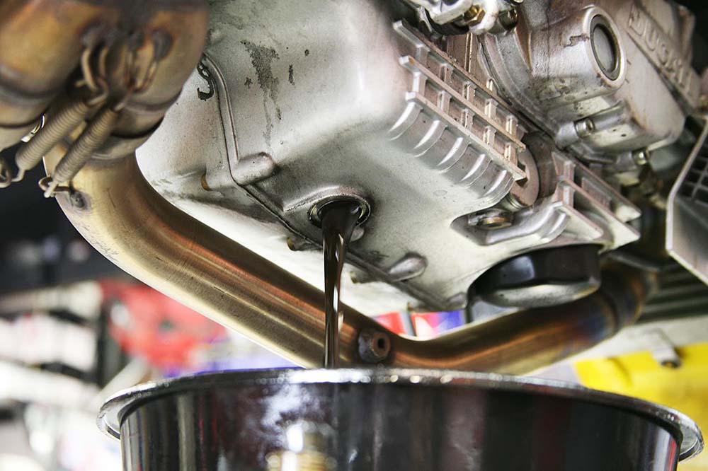 Cómo comprobar el nivel del aceite de tu moto