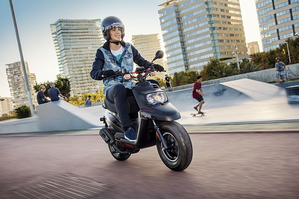 Los menores de 18 años podrán llevar pasajero en el ciclomotor