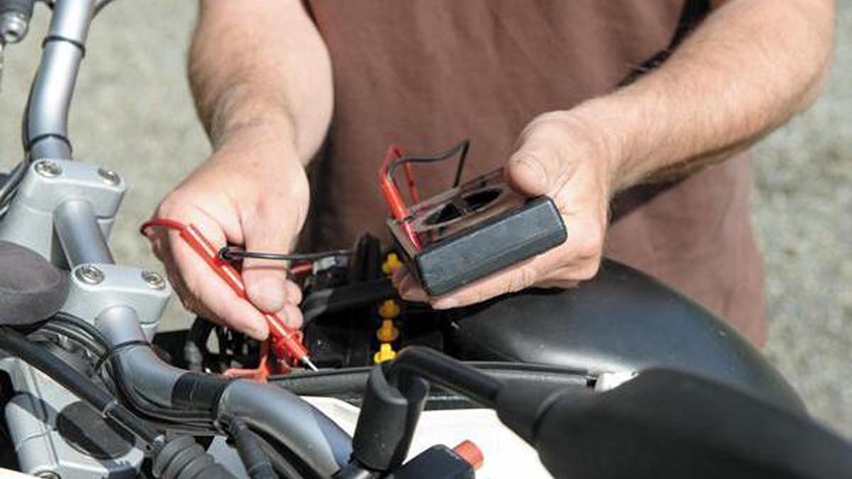 Cómo evitar quedarte sin batería con la moto parada