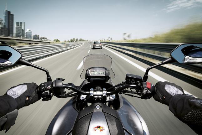 La moto como alternativa a los atascos, contaminación y accidentes de los coches