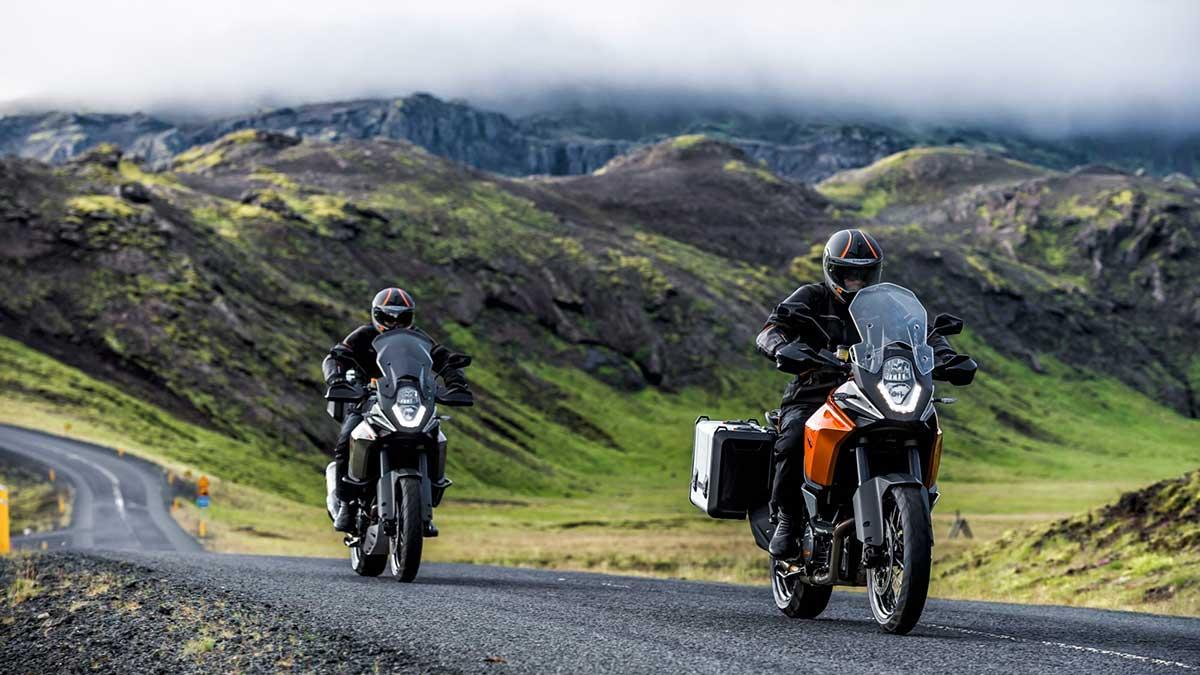 motos en carretera y paisaje