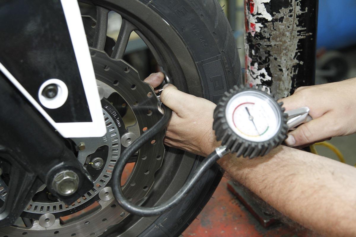 ¿Por qué controlar la presión de los neumáticos de tu moto?