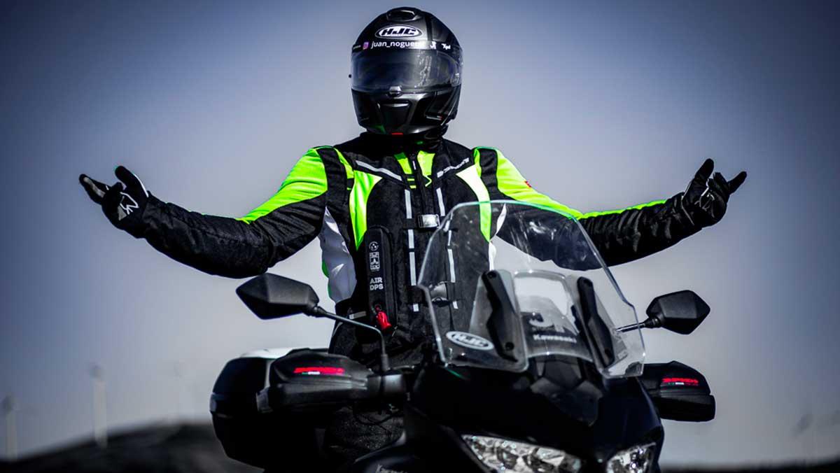 noguerol portando el nuevo sistema airbag para la seguridad en moto