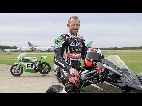 Tom Sykes disfruta con las Kawasaki H2R de 1974 y 2015