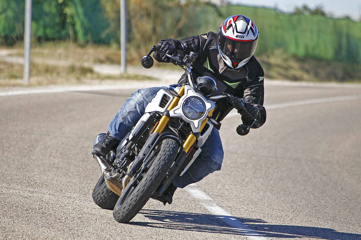 Prueba CF Moto 700 CL-X