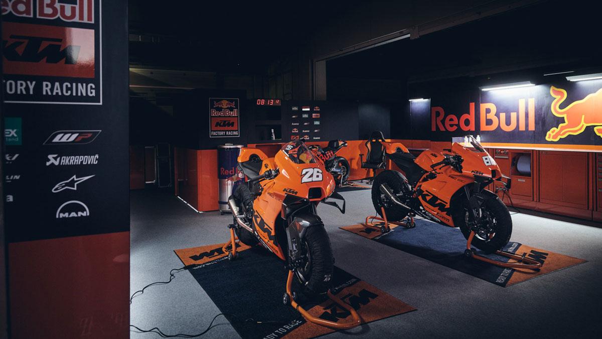 Los 25 afortunados reciben su KTM RC 8C en el circuito de Jerez